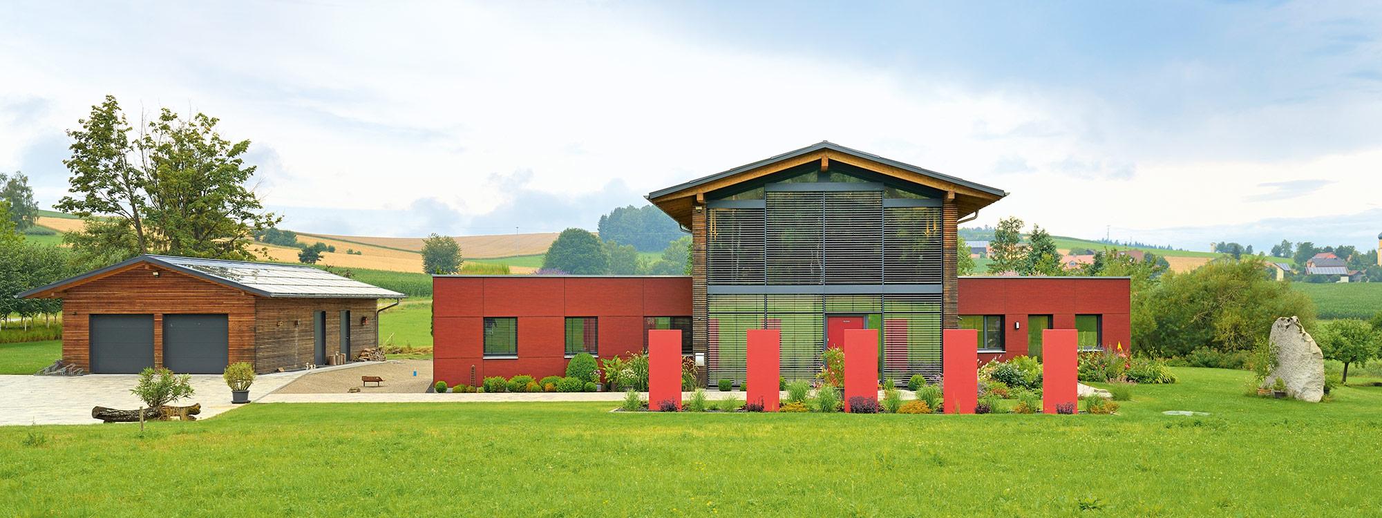 Holzhaus auf grüner Wiese